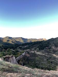 周りを山や、絶壁に囲まれ、ギリシャの青い空がひろがります。地球のいろんな形・・・
